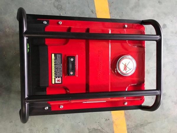Nắp bình xăng chắc chắn của máy phát điện Tomikama 4500